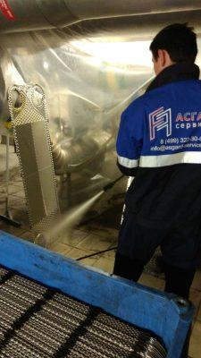Специалист АСГАРД занимается промывкой разборного теплообменника