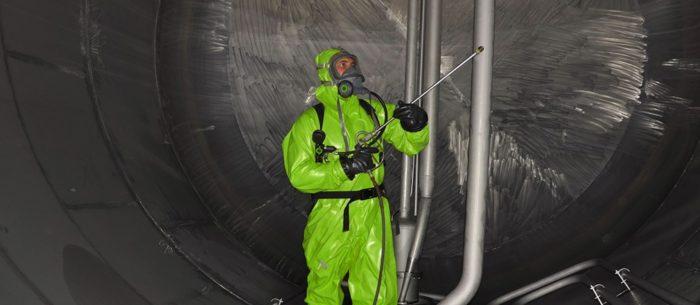 Специалист АСГАРД выполняет химико-механизированную очистку резервуаров