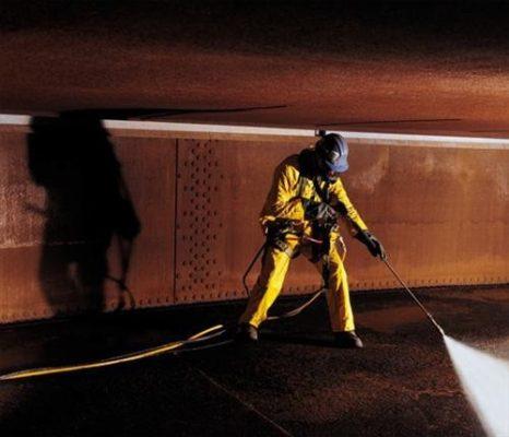Специалист компании проводит зачистку металлических и железобетонных резервуаров