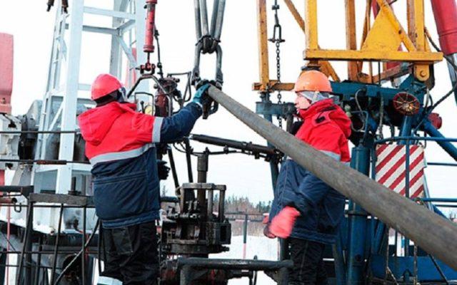 Специалисты проводят ремонт и обслуживание газовых скважин