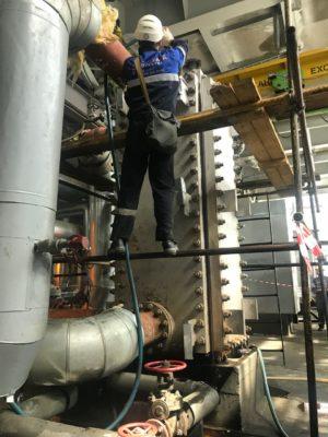 Специалист АСГАРД-Сервис подключает СРТ к теплообменному оборудованию
