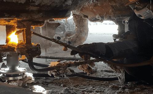 Подогрев дренажных устройств емкости до температуры плавления соли газовой горелкой